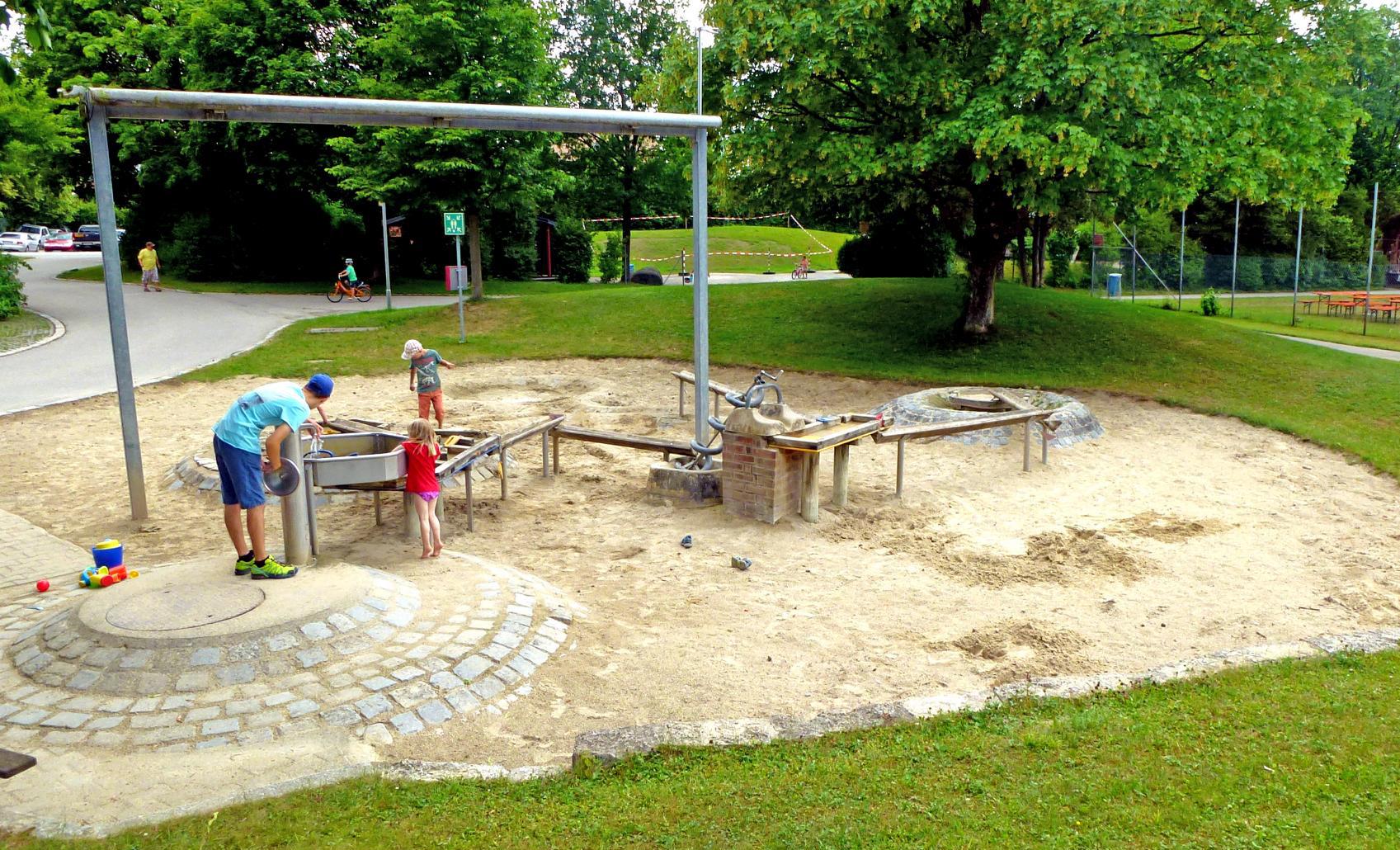 Wasserspielplatz Schattiger Spielplatz Und Waffeleis In Attel Bei