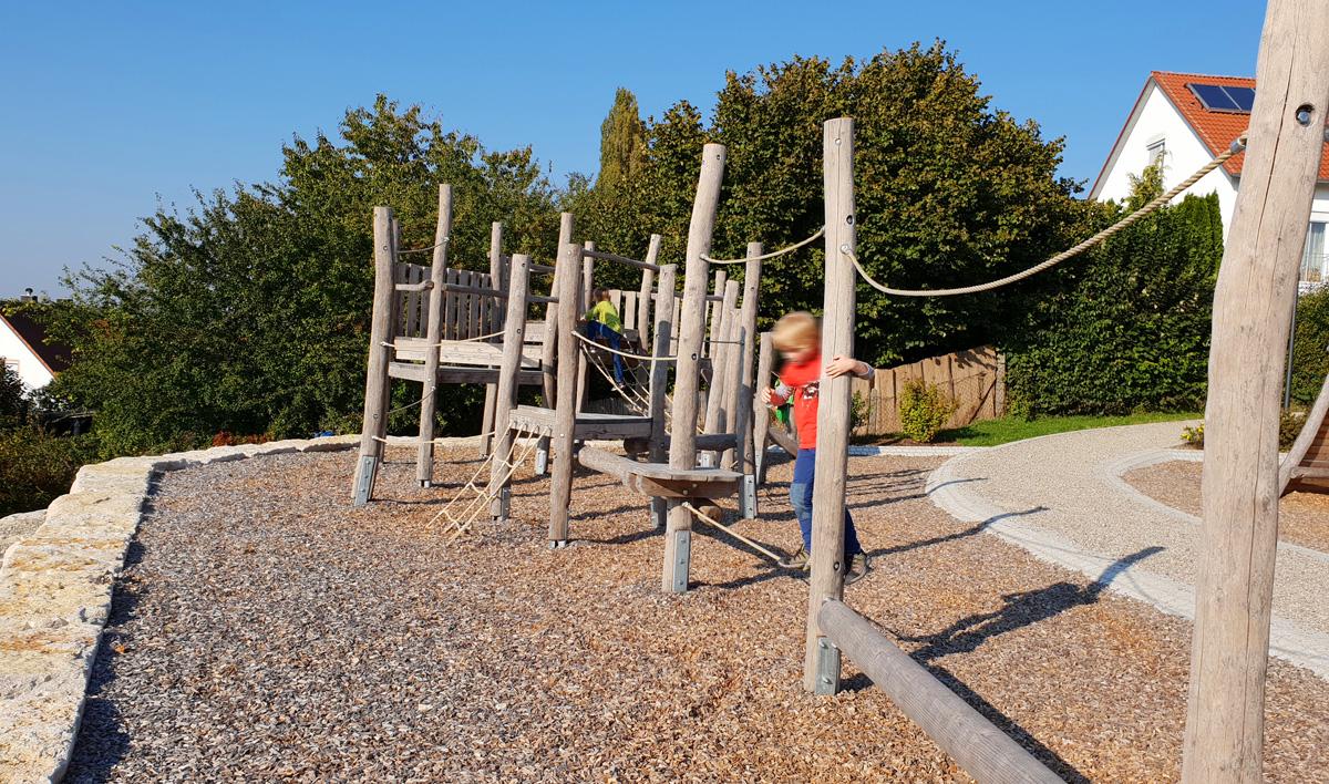 Kleinkind Klettert Dreieck : Wunderschöner kletter spielplatz plus kleinkind im